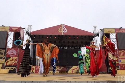 выступление театра Шоу великанов